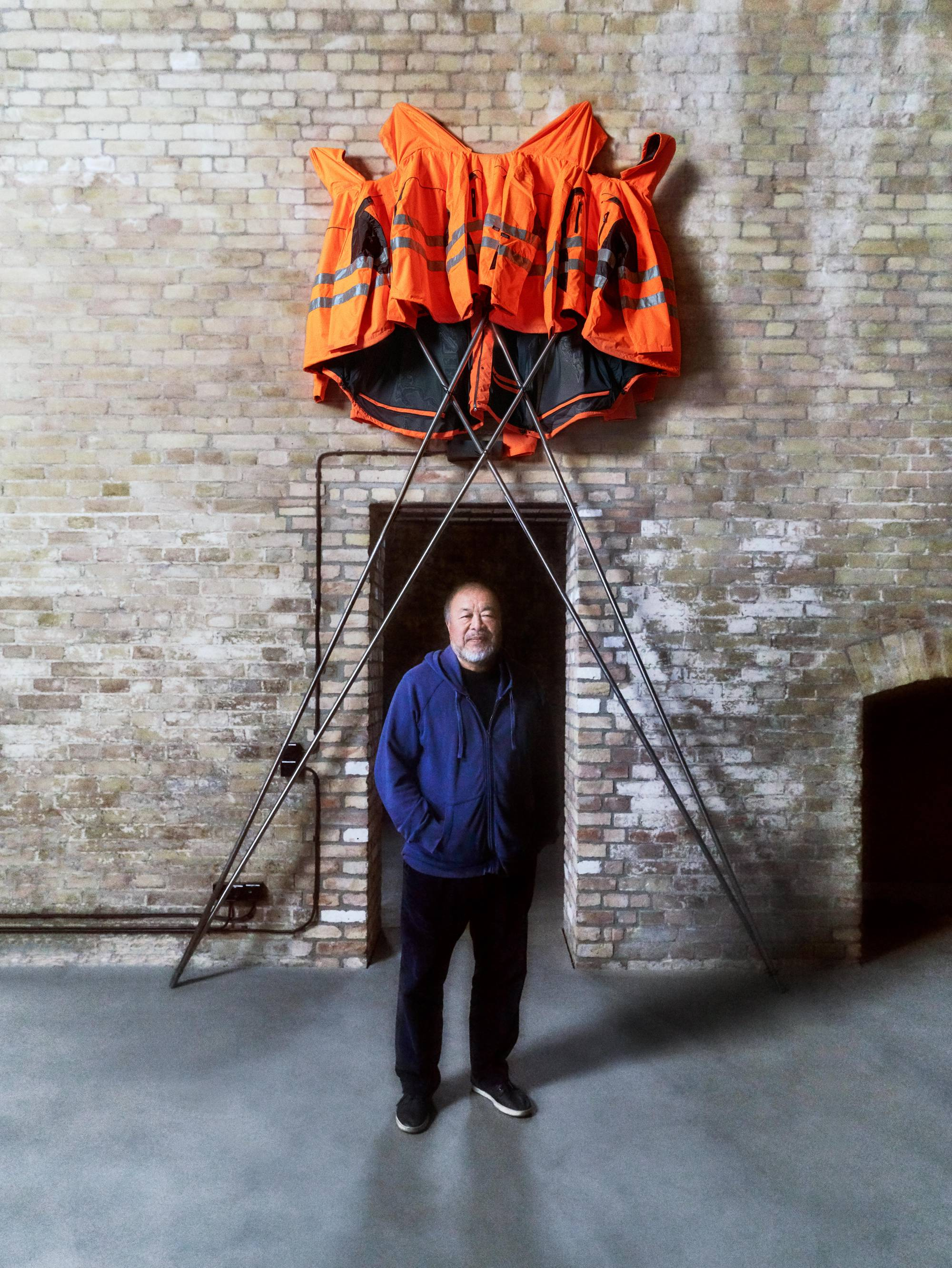 "Der Künstler Ai Weiwei und das Werk ""Safety Jackets Zipped the Other Way""."